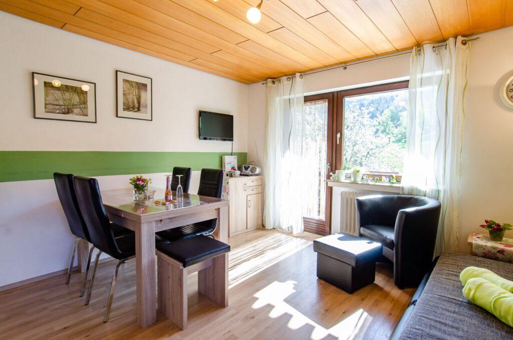 Das Wohnzimmer der Ferienwohnung Bauerngarten auf dem Fixenhof - Ferien auf dem Bauernhof in Mühlenbach im Kinzigtal (Ortenaukreis)