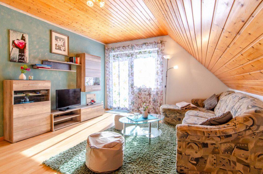 Das Wohnzimmer der Ferienwohnung Ponyweide auf dem Fixenhof - Ferien auf dem Bauernhof in Mühlenbach im Kinzigtal (Ortenaukreis)